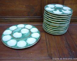 Service à huitres en faïence barbotine coquillage blanc sur panier osier vert.