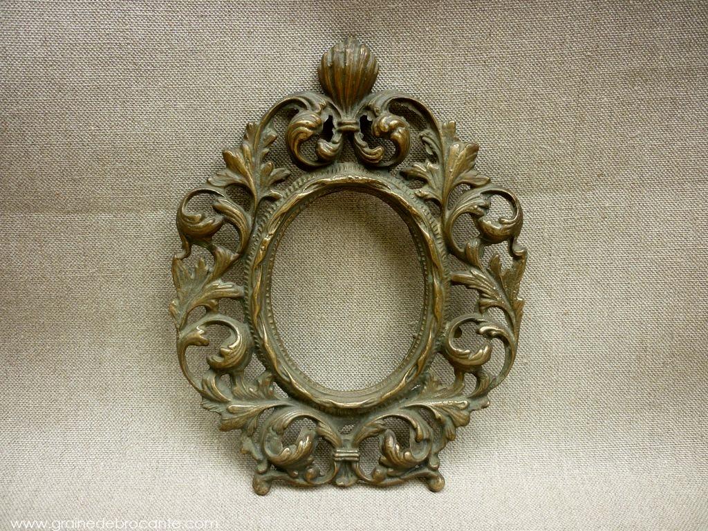 petit cadre ovale en bronze ancien. Black Bedroom Furniture Sets. Home Design Ideas