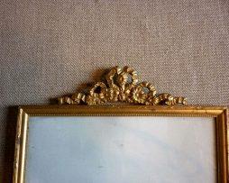 Cadre en laiton doré orné d'un noeud Louis XVI