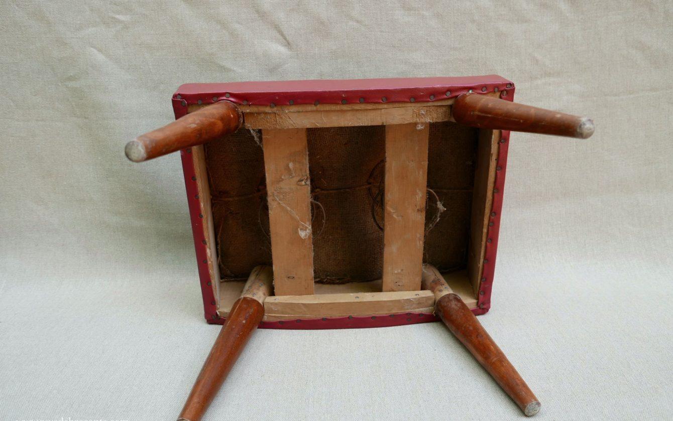 repose pied tabouret vintage en skai r ve de brocante. Black Bedroom Furniture Sets. Home Design Ideas