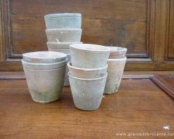 10 anciens pots à semis en terre cuite de différentes tailles. De 7 à 10 cm de H