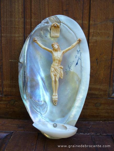 Crucifix sur demi coquillage, en nacre, souvenir de Saint Martin de Ré