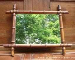 Joli miroir sculpté à la manière bambou début du siècle avec sa chainette.
