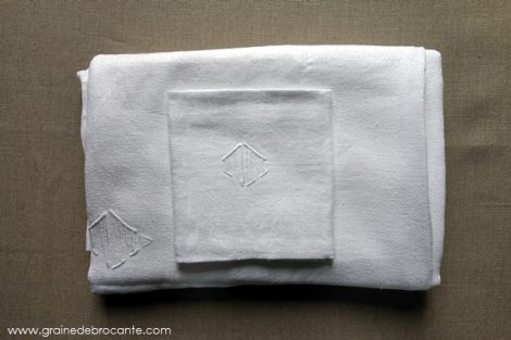 nappe ancienne blanche et ses 12 servietes monogrammée