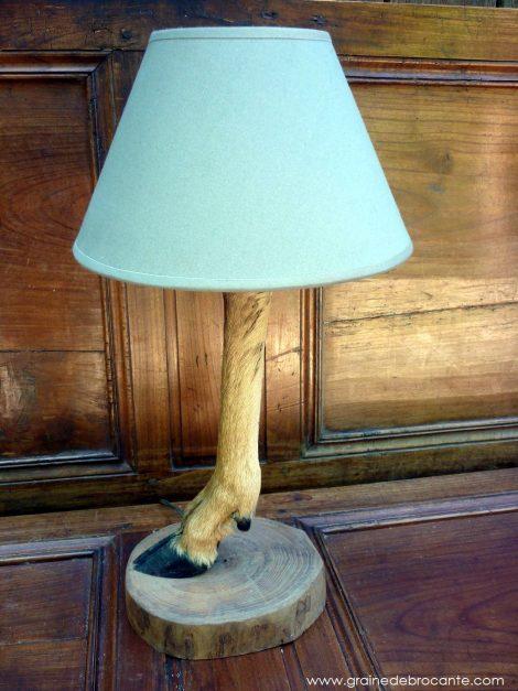 patte de chevreuil transformée en lampe