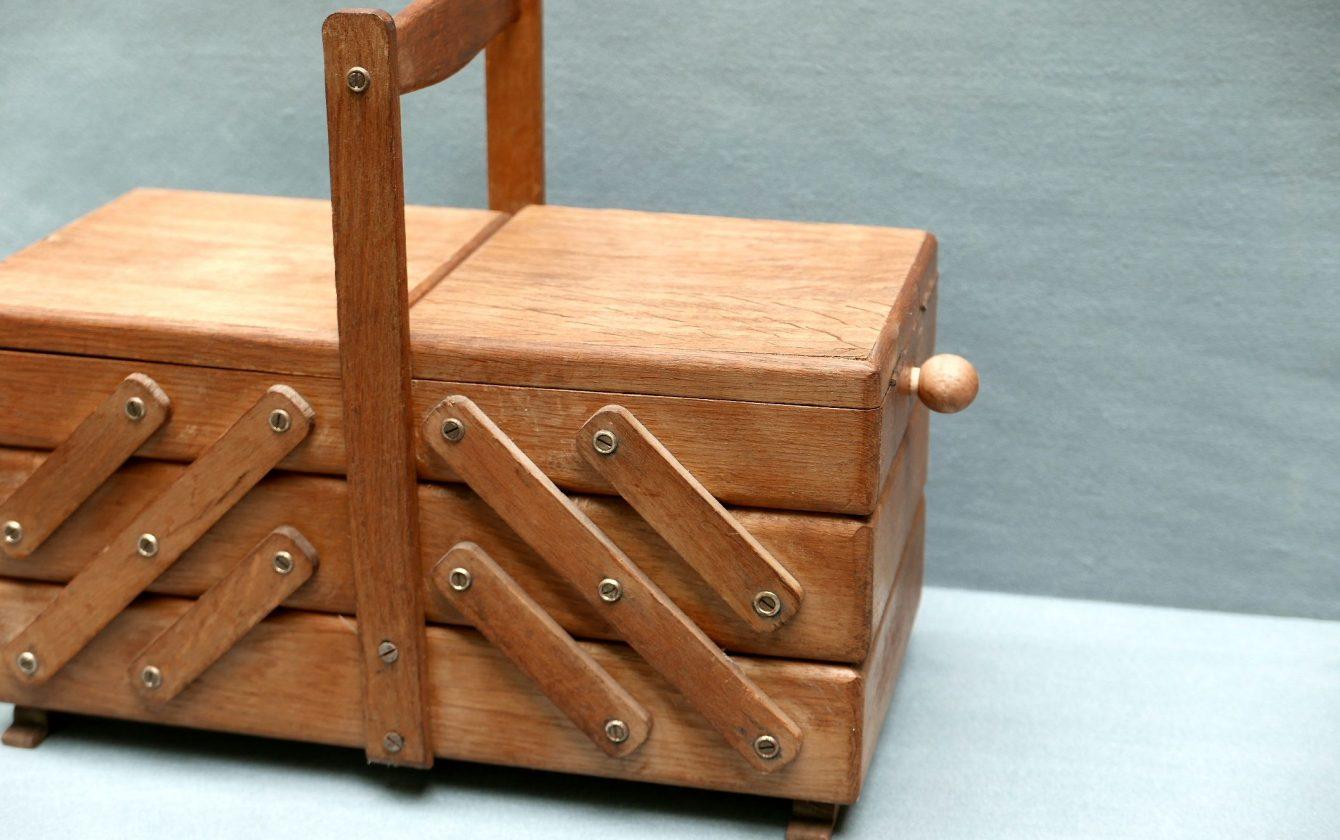 Travailleuse en bois pour la couture ann es 60 r ve de for Travailleuse a couture en bois